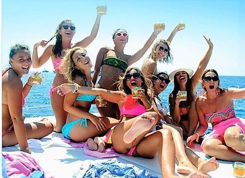 Grupo de meninas na proa do nosso iate Sunseeker 50 Camargue