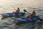 As crianças aproveitam o dia nos nossos caiaques enquanto exploram a costa algarvia.