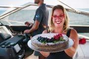 Os aniversários são melhores num iate. Venha juntar-se a nós para o dia perfeito na água. Azure Luxury Charters.